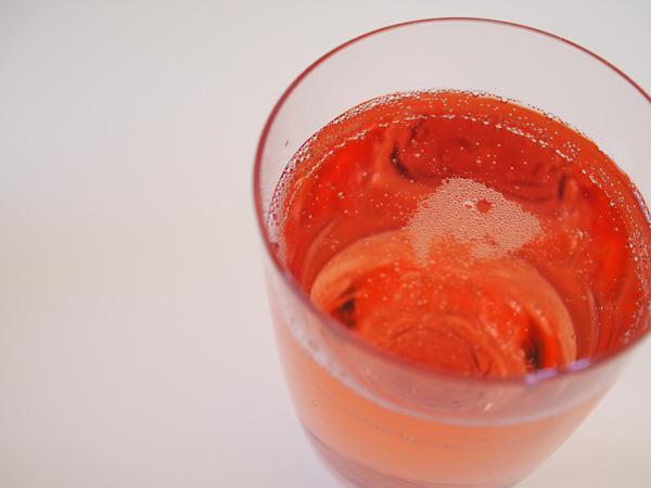 缶のままで飲むには惜しい、キレイなピンク色