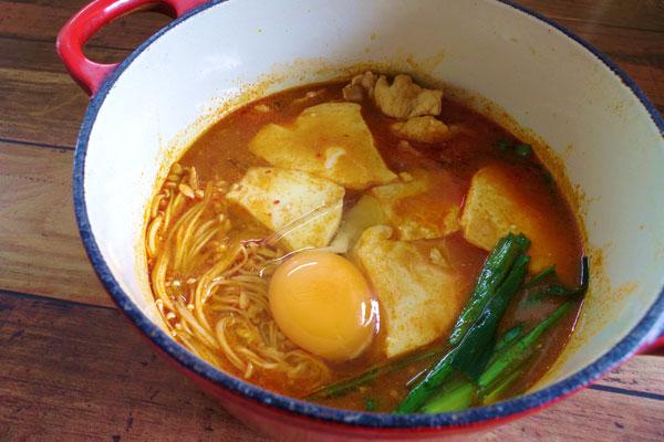 おぼろ豆腐からの甘みがスープの辛味とコクが絡み合いバランスの良い美味しさにスンドゥブチゲが仕上がります