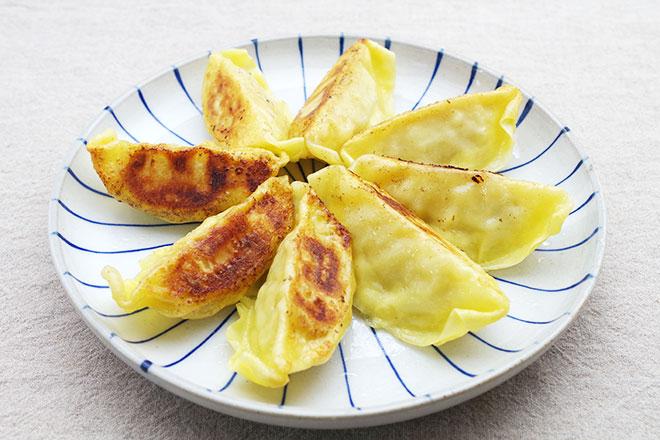 淡いクリーム色が印象的なおしゃれでレモンの爽やかな香りと味がするカルディの「レモン入り餃子」