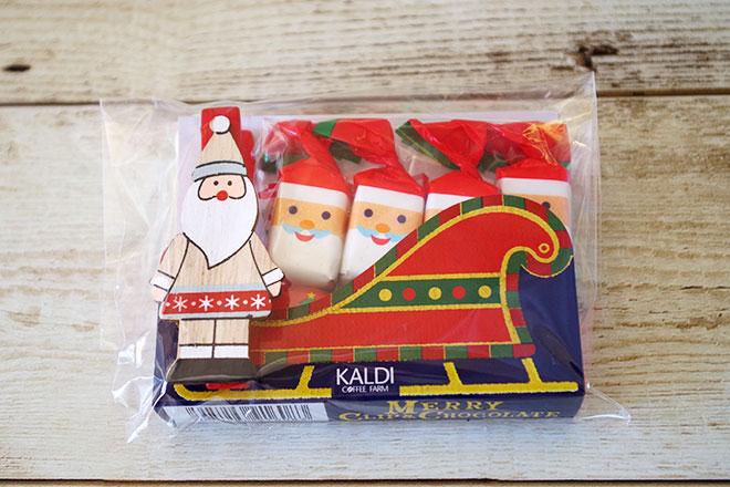 ミルクチョコレート4個を顔が描かれている包み紙で包装