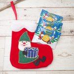 サンタのお手伝いをしている妖精「ニッセ」をモチーフにしたオーナメントソックスにはクッキーのプレゼントが!