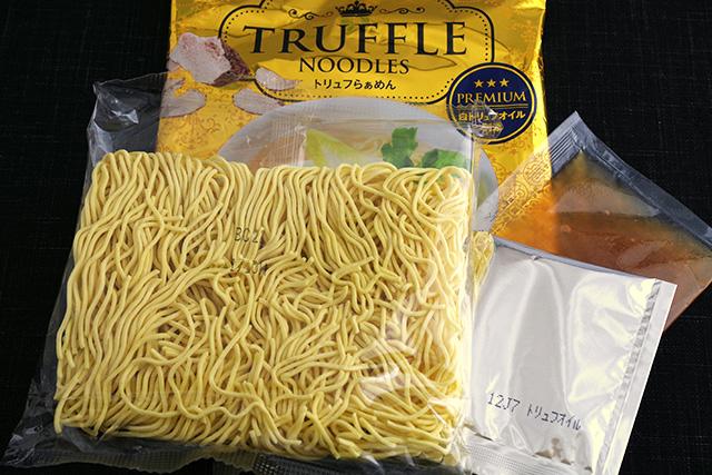 「トリュフらぁめん」の麺はコシがありツルッとした「寒干し麺」を使用