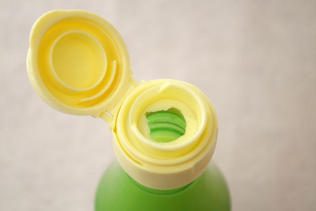 「ゆず果汁100%」の注ぎ口はいやなタレ防止構造になっている