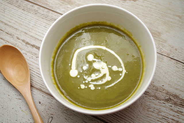 ネオビストロ 3種の緑野菜のグリーンポタージュにフレッシュを混ぜる
